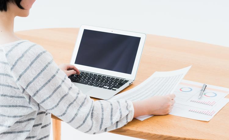 PCで事務作業をする女性