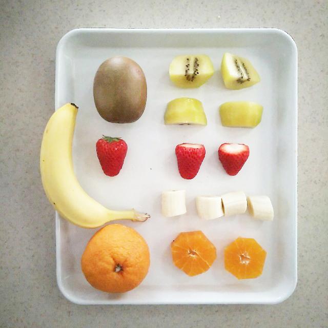 材料のフルーツをカットする