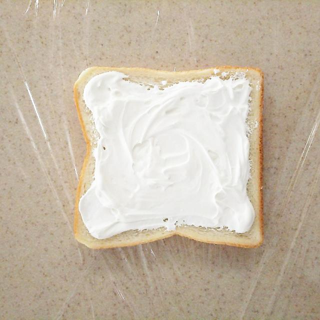 パンにクリームを塗る
