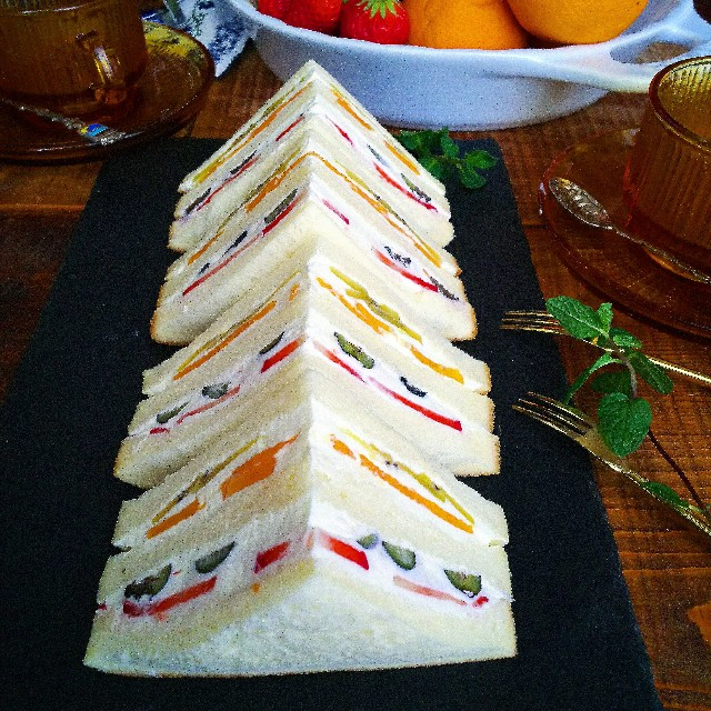 薄切りフルーツのフルーツサンド