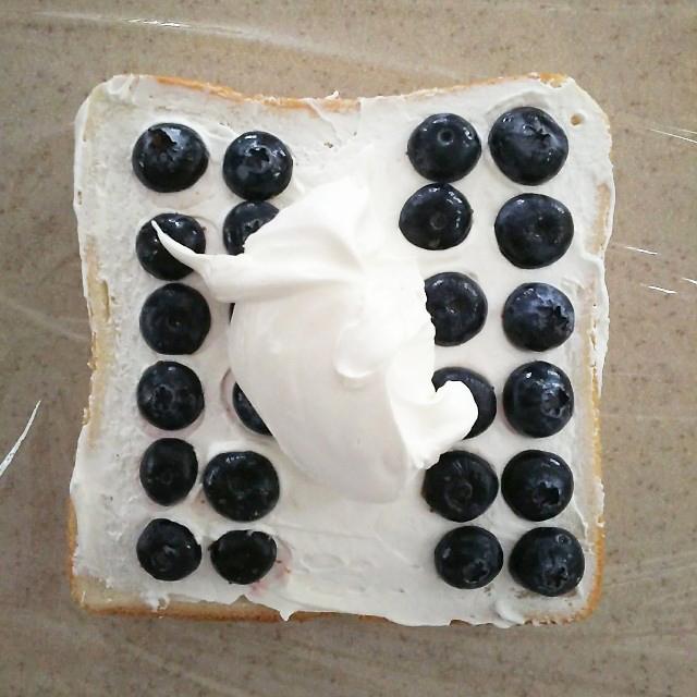 さらにクリームとフルーツを重ねる