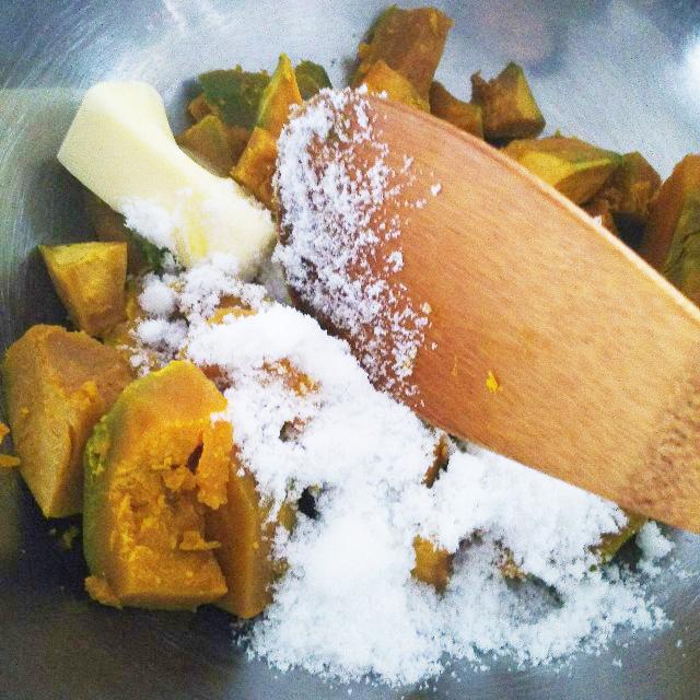 かぼちゃと砂糖とバターを混ぜる