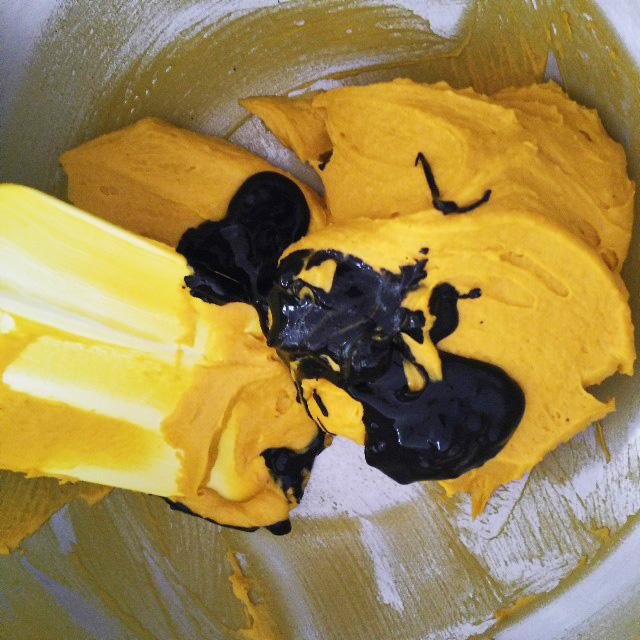 ブラックココアパウダーとかぼちゃクリームを混ぜる