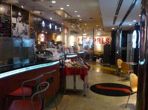 【1日4時間・週2日~勤務OK!】ラテアートも学べるカフェのホールスタッフ(新宿)